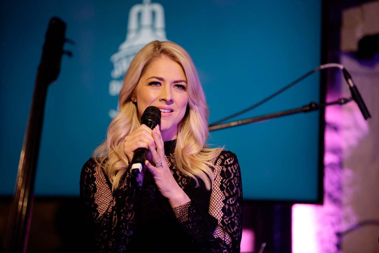 7 Entertainment - Corporate Singer